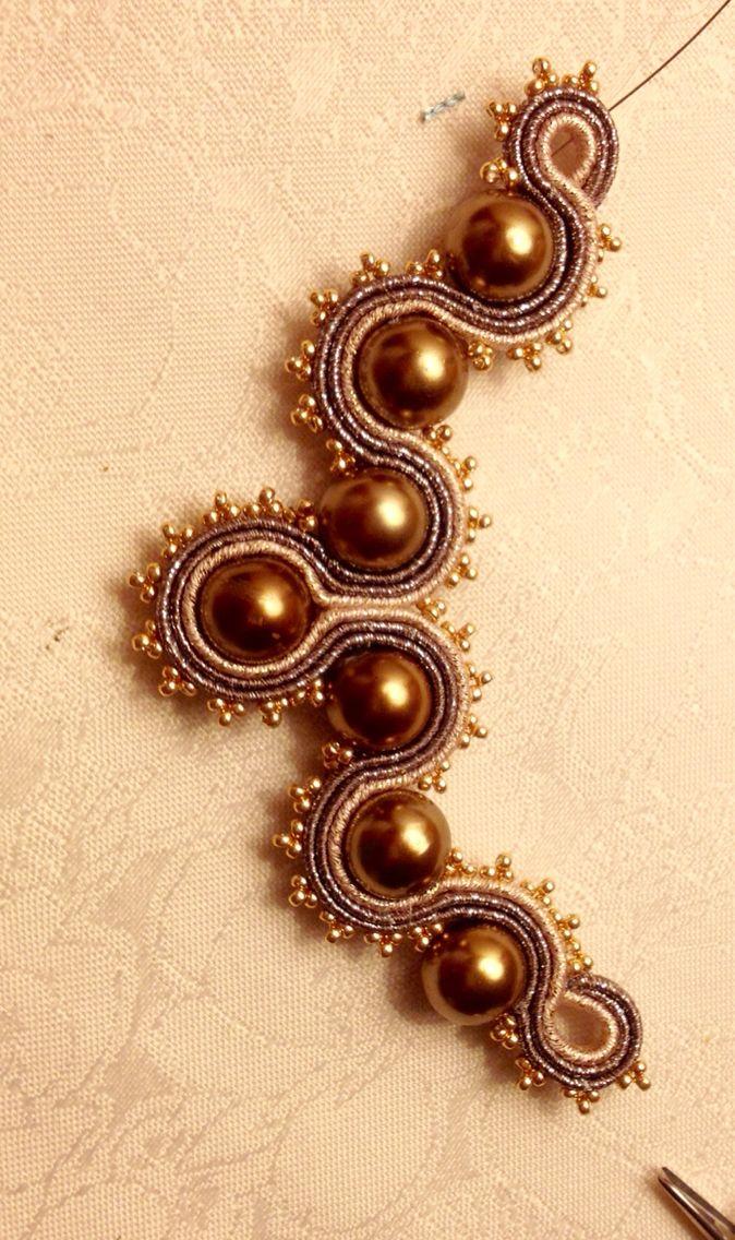 Collana Soutache con perle sintetiche e piattine metal