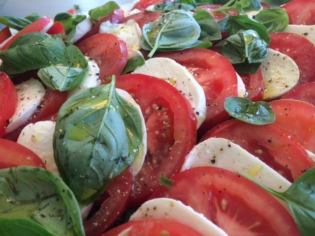 Tomatsalat med mozarella og basilikum