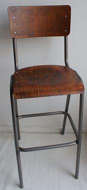 De barkruk heeft een metalen frame met houten zitvlak en rugleuning.  De hoogte van de barkruk is 82 cm tot het zitvlak. De totale hoogte is 120 cm.  Een mooie barkruk voor een vintage of industriëleuitstraling.  De barkrukken zijn op bestelling doorlopend leverbaar.   Bij afname van 25 stuks of meer €89.00 per stuk