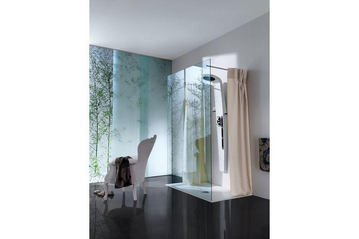 Un box doccia moderno ed essenziale: piatto a sfioro ed una sola lastra di vetro che può essere arricchita e personalizzata con serigrafie. Samo, l'esperienza italiana della doccia | OPEN EXCLUSIVE
