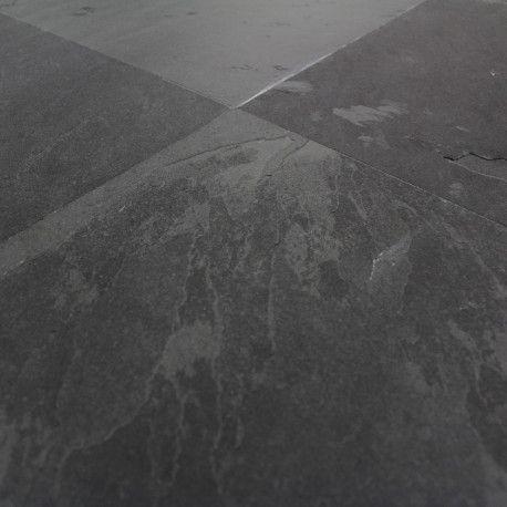 Un Carrelage Structure En Ardoise Noire Aux Reflets Gris Sombres Un Carrelage En Pierre Naturel Carrelage Ardoise Ardoise Naturelle Carrelage Pierre Naturelle