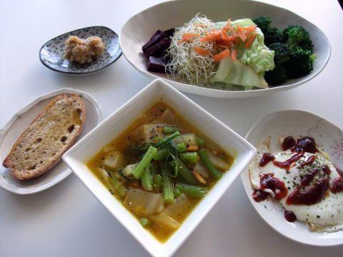 干しエビ、ガーリック&ジンジャーの野菜たんまりスープ    かぼちゃ、大根、きのこ、Babyブロッコリーの芯、キャベツの芯入り♪    コツは、にんにく&干しエビを、かなり低温でじっくりいためることと、お野菜を入れてからも  決して沸騰させず、低温で、コトコト、お野菜がびっくりしない温度で、煮ること。    味付けは、塩コショウだけなのに、野菜の甘みと、干しエビやガーリック、生姜の風味が出ていて  アジアン風味でもあり、なんともいえず、美味でした。
