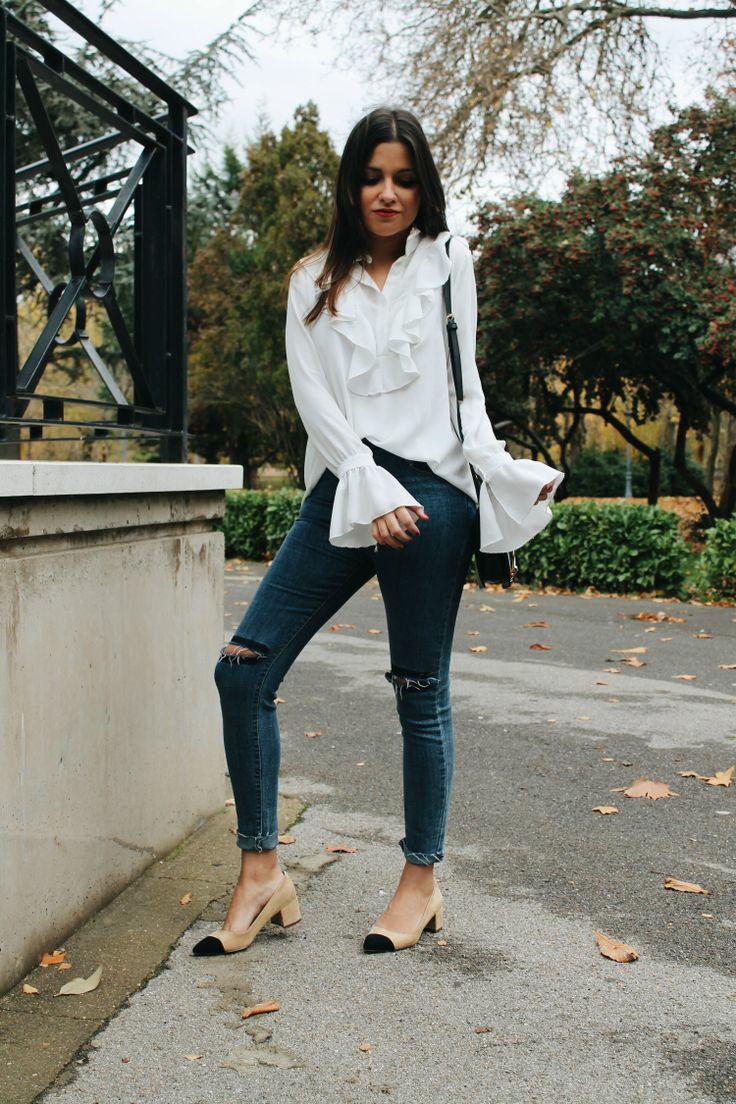 Blusa de volantes, jeans y zapatos bicolor inspiración #chanel #outfit #work #winter