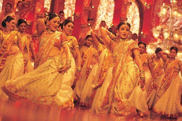 Il fiabesco e colorato mondo di Bollywood compie un secolo
