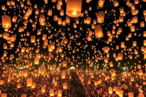 タイでは毎年11月に、無数の熱気球(コムローイ)を夜空に飛ばす、仏教のお祭りが開催されます。夜空に浮かぶ無数の熱気球(コムローイ)が織りなすタイの絶景をご紹介します。
