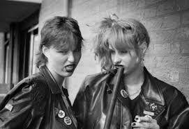 """Punkers - begon rond 1977. Zwarte lippenstift, en ondanks dat ze er bekend om wilden staan dat ze niets om uiterlijk gaven, kostte het ze heel wat tijd om er """"goed punk"""" uit te zien!!"""