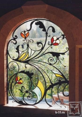 Соединение витража с ковкой – образец кованой решетки для окна. Витраж в ковке смотрится просто великолепно.