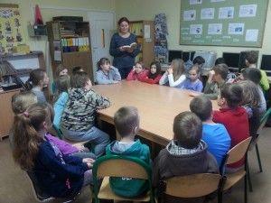 Naszą przygodę z czytaniem rozpoczęliśmy od wizyty w miejscu, gdzie książka jest najważniejsza czyli w naszej szkolnej bibliotece. To tu rozpoczęliśmy przygodę z czytaniem w klasie pierwszej, to tu spędzamy każdą wolną chwilę pod czujnym okiem przemiłych Pań Marzeny i Moniki.