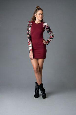 Jurk Lean on me - Designed by This is Lily  Bordeaux, jersey jurk met bloemen mouwen. Deze verfijnde jurk laat je vrouwelijke vormen op een perfecte manier uitkomen! De schouders hebben een rechte snit wat voor een stoere feeling zorgt.