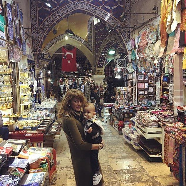 The small alleyways and large crowds at the Grand Bazaar make baby wearing a great idea here! A perfect way to experience such an amazing place with your family!! Enjoy all those colorful lamps and amazing food @sara.alonsomena! Thanks for sharing!!! #bebevoyage #travel #travelbug #travelmom #travelgram #travelwithkids #takethekids #travellife #travelers #babylife #babywearing #travelbaby #grandbazaar #istanbul #turkey