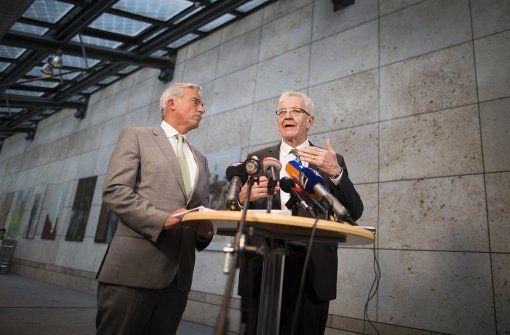 Einigkeit: Thomas Strobl (l.), Landesvorsitzender der CDU, und Winfried Kretschmann (r, Bündnis 90/Die Grünen) stellen die Punkte vor, in denen sich beide Parteien einig sind. Foto: dpa