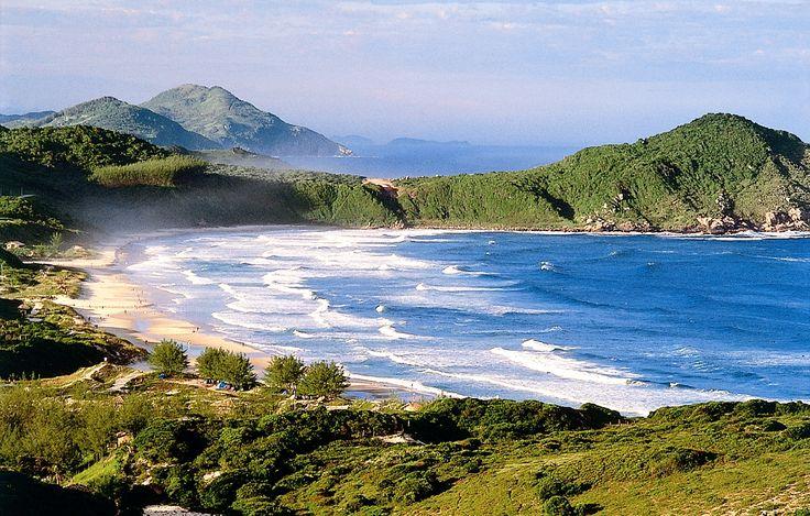 É famosa no mundo inteiro como uma das mais belas do mundo por sua beleza natural. Localizada na cidade de Imbituba, em Santa Catarina