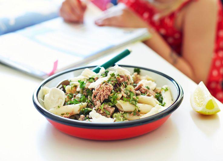 Hyvän arkipastan tunnistaa siitä, että makua ja oliiviöljyä on runsaasti ja kastike syntyy pastan kiehuessa. Sellainen on tämä koko perheen...
