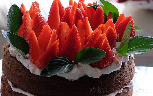 Delikátní+dort+ze+špaldové+mouky+s+jahodami+a+bazalkovou+mátou.