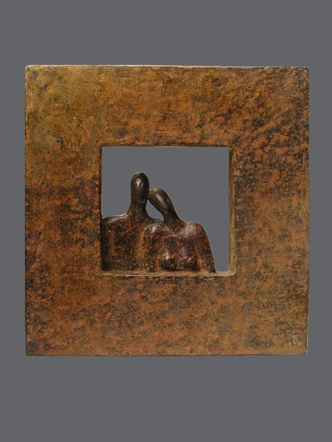 Bronzen beelden van Ragonda IJtsma. Het beeld bestaat uit twee bronzen figuren in een kader, man en vrouw. www.ragondaijtsma.nl  #sculptuur #relatie #beelden #manenvrouw #kunstwerk #echtpaar #sculpturen  #trouwen #huwelijk #trouwdag #highend #exclusief #luxe #huwelijkscadeau #bronzen #beeld #bruidspaar #bronzenobjecten
