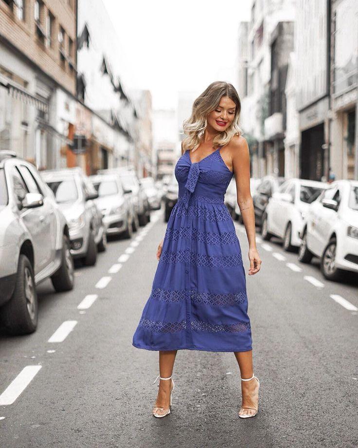 A imagem pode conter: 1 pessoa, andando, em pé, sapatos e atividades ao ar livre | Ideias fashion, Vestidos leves acetinados, Vestido ombros caídos