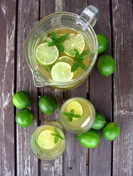 Malzemeler 1 adet elma 1/4 limon 1/2 taze zencefil 1/2 lime (yeşil limon) Yeşil Limonlu Detoks İçeceği Elmayı küp küp doğrayıp zencefil, limon, yeşil limon ve sarı üzümün suyunu sıkın. Bardağa alıp sodayı ekleyin. Buzla servis yapın. Afiyet olsun :)