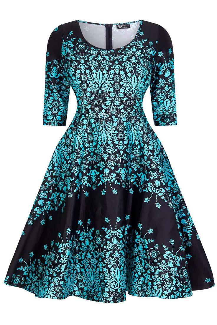 Černé šaty s tyrkysovým vzorem Lady V London Phoebe Naprosto jedinečné šaty pro dámy plus size, které prostě musíte mít! Černý podklad s tyrkysovým damaškovým vzorem zajistí, že budete ozdobou každé akce, jakou je svatba, párty, večírek, narozeninová oslava. Příjemný lehce strečový materiál (97% bavlna, 3% elastan), pohodlný střih s kulatým výstřihem, tříčtvrteční rukáv, v pase nejsou nabírané, ale příjemně projmuté, takže nepřidávají objem a perfektně sednou. Sukně je podšitá černou…