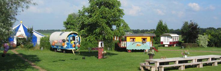 Het echte zigeunergevoel ervaren? Dat kan op het Boheems Paradijs in Den Hool (Drenthe). Hier heeft Bert eigenhandig 13 authentieke woonwagens in volle kitscherigheid gerestaureerd. #origineelovernachten #officieelorigineel #reizen #origineel #overnachten #slapen #vakantie #opreis #travel #uniek #bijzonder #slapen #hotel #bedandbreakfast #hostel #camping