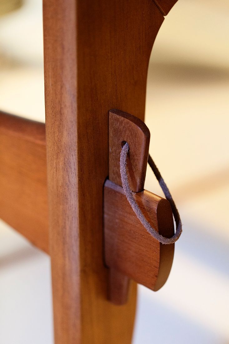 detail of sergio rodrigues chair(?) ... inspiration for assembly /disassembly of multi-use board s table/workspace/closet door/bed