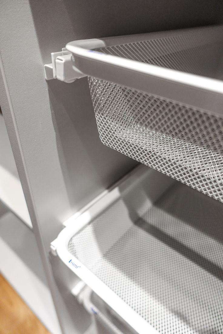 Med eget hyllsystem och skensystem väljer du själv avståndet mellan korgarna i garderoben