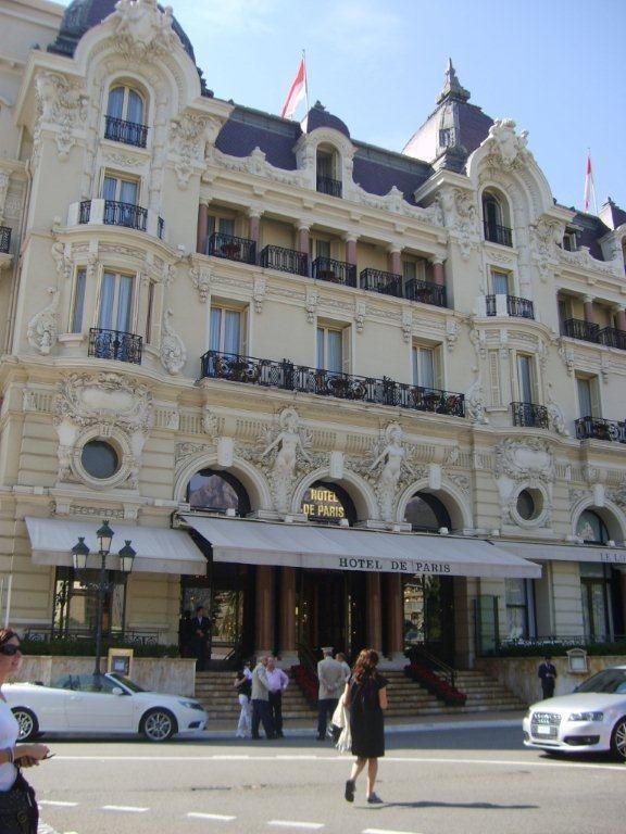 Karşımızda Hotel de Paris, içeride ünlü şef Alain Ducasse'ın restoranı var. Etrafımızda şık güzel insanlar oturuyor, görmek ve görünmek için gelinmiş bir yer burası... Daha fazla bilgi ve fotoğraf için; http://www.geziyorum.net/monako/