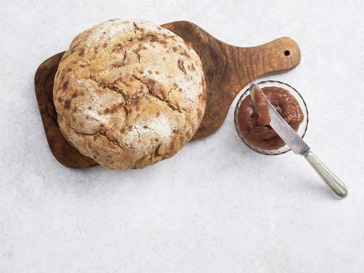 Dette brød med valnødder og øl er bagt i en støbejernsgryde