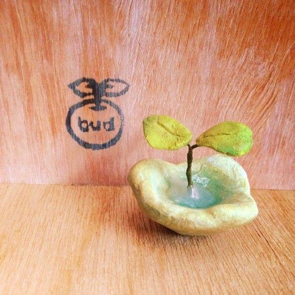 粘土でつくった鉢植えです。 水あげ不要です。ジェルメディウムで水を表現してみました。●素材 石粉粘土・水苔・ワイヤー ・ジェルメディウムアクリル絵の具で色付け...|ハンドメイド、手作り、手仕事品の通販・販売・購入ならCreema。