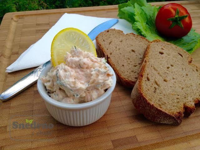Lahodná, jemná pomazánka z uzeného lososa a čerstvého sýru s čerstvým pečivem a zeleninou může být vaší chutnou a zdravou večeří.