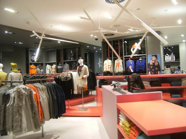La Maison Simons, West Edmonton Mall. We interviewed La Maison Simons' award-winning store designer, Chris Wright of design firm figure3. Details: http://www.retail-insider.com/retail-insider/2014/4/interview-with-la-maison-simons-store-designer-chris-wright