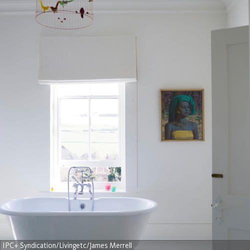 Im strahlenden Weiß erstrahlt dieses Bad mit der freistehenden Badewanne. Die Löwenfüße und die raffinierte Vogelkäfig-Leuchte versprühen einen femininen…