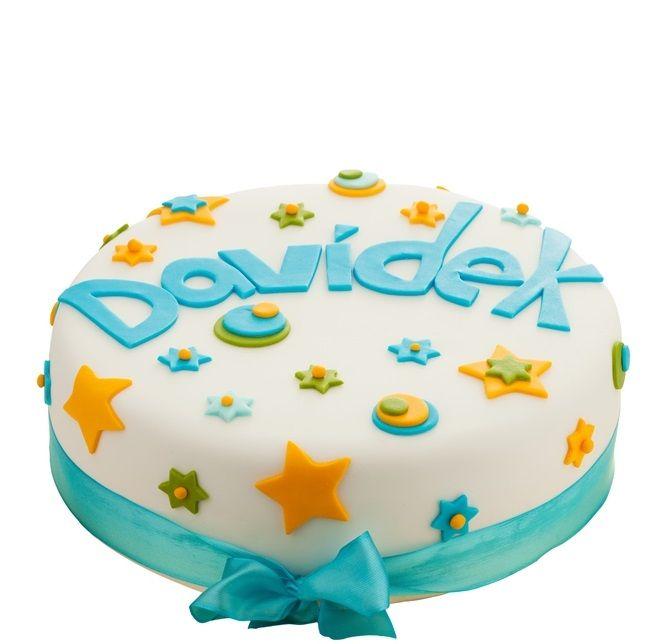 Dětský dort č. 22 Dětský dort obalovaný fondánem, o průměru 32 cm, dozdoben fondánovými hvězdičkami. Dort je vhodný pro větší narozeninové oslavy, dort lze rozdělit až na 25 porcí.