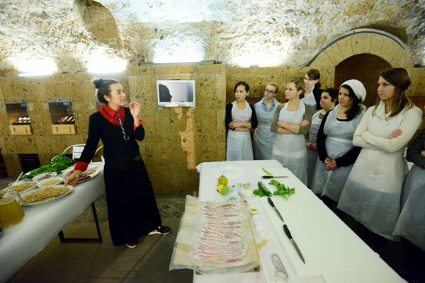 Cooking class in #Orvieto in the cellars of the former Convent of San Giovanni, with premises excavated in the volcanic rock and dating back to Etruscan times.