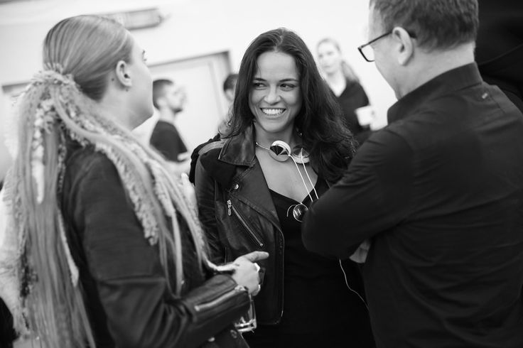 Michelle Rodriguez en backstage du défilé Chanel automne-hiver 2014-2015 http://www.vogue.fr/mode/inspirations/diaporama/fashion-week-paris-les-coulisses-automne-hiver-2014-2015-jour-8-fw2014/17866/image/984332#!michelle-rodriguez-en-backstage-du-defile-chanel-automne-hiver-2014-2015