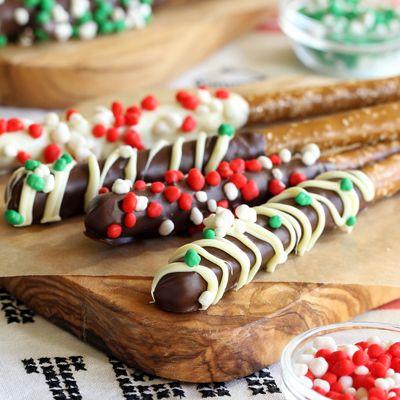 Chocolate Dipped Pretzels Sprinkled with Nerds Candy (Pretzels Bañados con Nerds de Navidad)