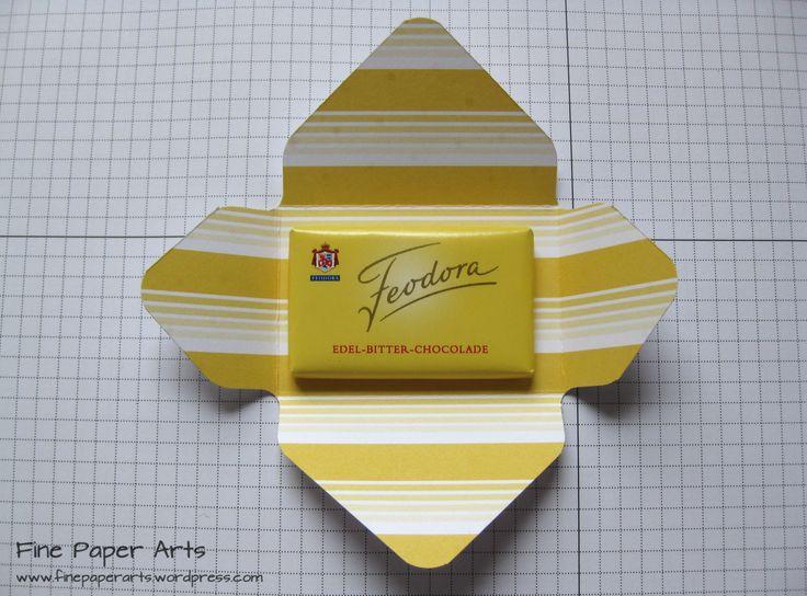 """Bunte Min-Verpackungen mit dem Envelope Punch Board (kleine Milika-Täelchen o,ä.): Größe 10 x 10 cm (ca 4"""" x 4""""), bei 5,8cm stanzen + falzen, Blatt um 180° drehen + genauso verfahren, bei den beiden übrigen Seiten an den vorhanden Falzlinien anlengen + stanzen + falzen. Umschlag zusammenfalten, verzieren, fertig."""