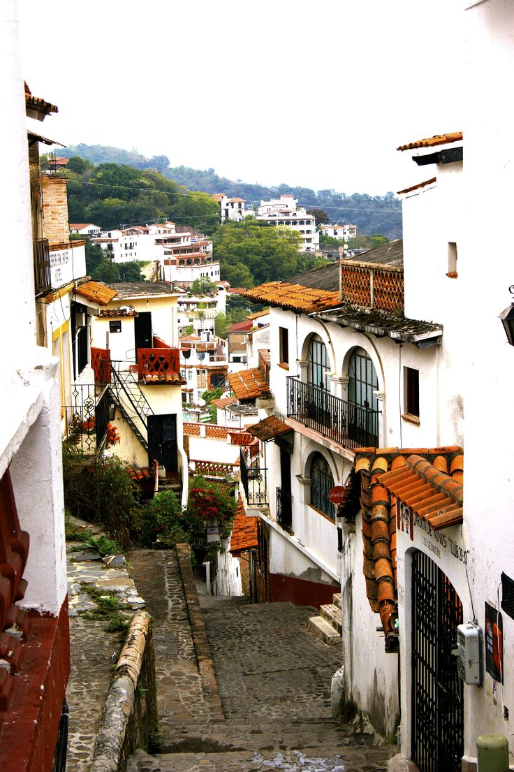 Calles de Taxco / Streets of Taxco - such a fascinating town, the narrow winding streets #Mexico