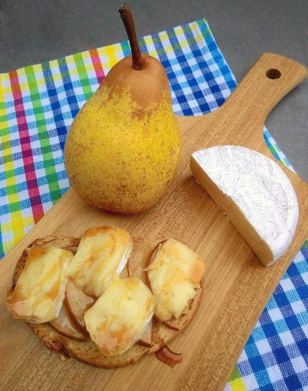 Brusquetas de pera com queijo brie e mel