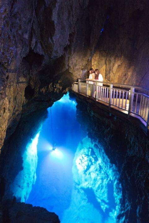 岩手の龍泉洞 日本三大鍾乳洞の一つ、地底湖