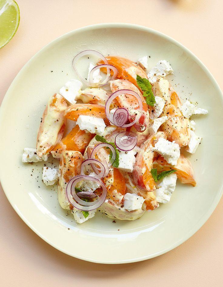 Recette Salade abricots-feta : Coupez 6 abricots en 8 quartiers et mélangez-les avec 100 g de feta allégée.Nappez de sauce au yaourt : 1 yaourt mélangé à 1 c. à café de moutarde, 3 pincées de safran en poudre, 1 c. à soupe de jus de citron. Parsemez d'oignon rouge frais en fines rondelle...