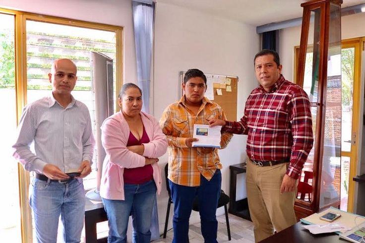 El director general del subsistema, Juan Carlos Barragán, entregó una beca Probems para transporte a un alumno destacado del municipio de Nocupétaro – Morelia, Michoacán, 02 de junio 2017.-Con el ...