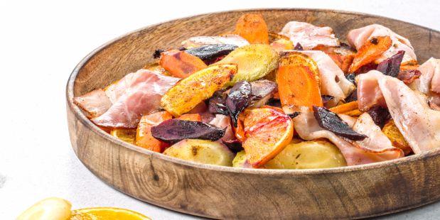 Jouw maaltijd wordt pas écht een feestje met deze kleurrijke penen uit de oven met sinaasappel en Zeeuws spek!