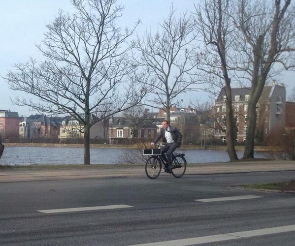 Udenrigsminister Martin Lidegaard tager cyklen på arbejde en søndag.