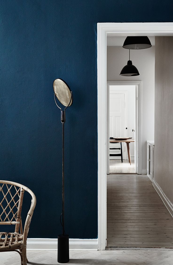 scandinavian decor doesn't always have to be white, this dark blue wall looks amazing