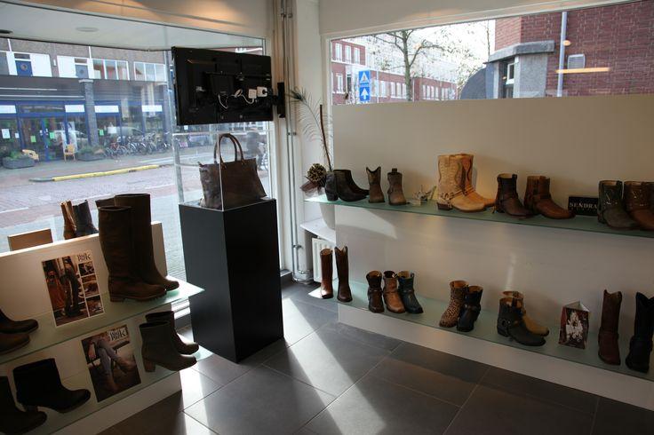MDF Solits sokkel met kap in schoenenzaak Poelman shoes
