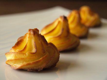 Pommes duchesse (purée de pommes de terre + 3 jaunes d'oeufs + beurre) cuisson au four.
