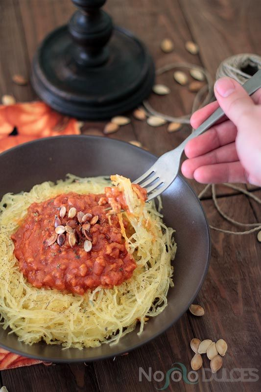 Receta de espaguetis veganos hechos de calabaza con acompañamiento de salsa boloñesa vegana de soja texturizada.