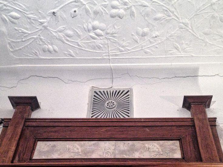 Наследие Лидваля на Большой Конюшенной. Обращаю ваше внимание не на дверную фрамугу, не на цветочный лепной декор, а на оригинальную вентиляционную решетку с поворотным регулятором☝🏻