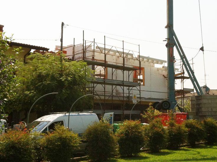 Ampliamento e sopraelevazione con telaio antisismico in acciaio, tamponamenti in cemento coibentato, copertura in legno