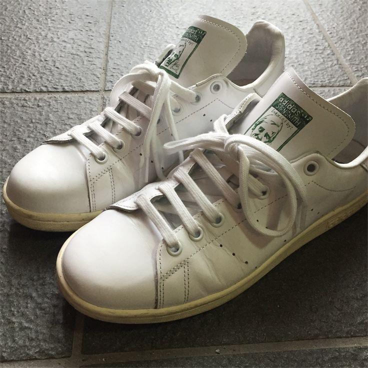 スタンスミスは絶大な人気を誇り街中はスタンスミスであふれかえっている状況だが、その中で個性を出すため靴紐の結び方、通し方をアレンジする方法を考える。 こんにちは、ロニーです 前回白スニーカー探しの結論としてスタンスミスnigoモデルに行きついたという話を書きました。 goodgoods.hatenablog.jp この記事を読んでもらえば分かると思うんですけど、とにかくかぶるのが嫌で、なんらか自分の色を出していきたいんです。 それで靴紐の通し方を変えよう、となって スタンスミスを開封してすぐ片っ端からいろいろ試してみたんです 靴紐が見た目に与える影響ってなかなかに大きくて例えば 左右異なる結び…